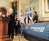 Les signataires en compagnie de leurs enfants et du député de la CAQ François Paradis, présentant la chambre hyperbare.