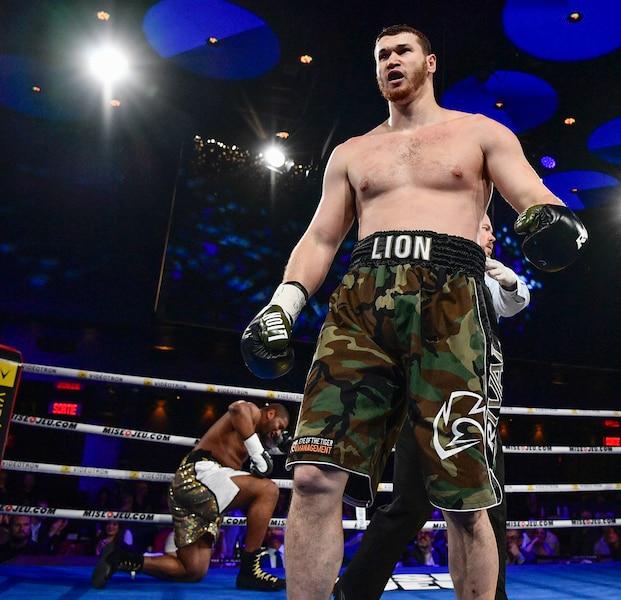 Arslanbek Makhmudov a dominé l'Américain Avery Gibson samedi, l'emportant par K.-O. au premier round.