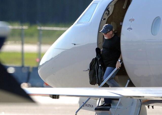 Le chanteur sortant de son avion, hier, avant le spectacle sur les Plaines.