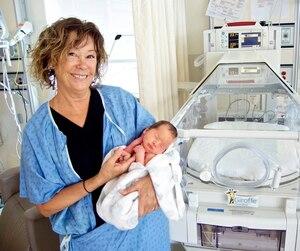 Renée Godin tenant dans ses bras le petit Charles, âgé d'une semaine à peine.