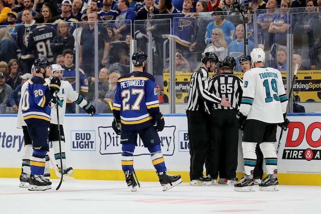 Les arbitres et juges de lignes se sont réunis sans toutefois changer leur décision, après le but victorieux d'Erik Karlsson.
