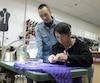 Jun Huang (à gauche) et Mao Guo Xian (à droite) sont en couple et travaillent ensemble comme couturiers chez Nettoyeur Mauran.