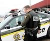 Des policiers devant le poste de la SQ de Chicoutimi, vendredi après-midi.