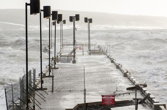 Percé est encore sur le qui-vive puisque la marée haute de l'après-midi pourrait provoquer de fortes vagues.