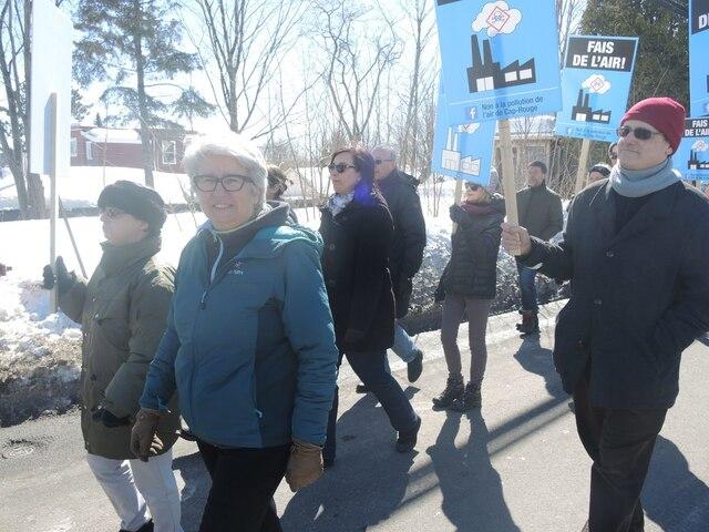 La député Agnès Maltais dans la marche contre Anacolor.