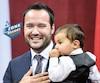 Le nouveau ministre de la Famille, Mathieu Lacombe, accompagné de son fils.