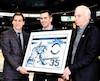 Éric Fichaud a reçu un cadre souvenir pour souligner sa brillante carrière avec les Saguenéens de Chicoutimi. Fichaud (à gauche) a reçu le cadeau des mains de Marc Denis (vice-président des opérations hockey) et Richard Létourneau (président).