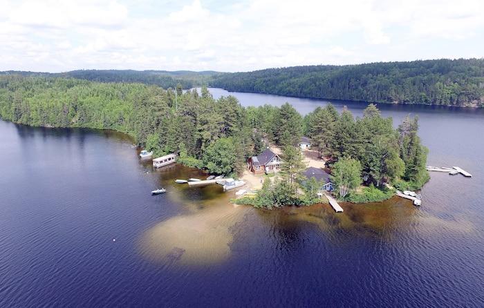 Tous les chalets qui sont situés sur la pointe de l'île, au centre du lac principal de la pourvoirie, vous assurent un accès direct au lac Dumoulin.