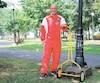 Le maire de Trois-Rivières, Yves Lévesque, devra respecter son pari perdu aux dépens de Michel Barrette, soit celui de couper la pelouse de l'hôtel de ville à l'aide d'une tondeuse manuelle.