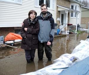 Faina et Daniel Privorotsky devant leur résidence inondée.