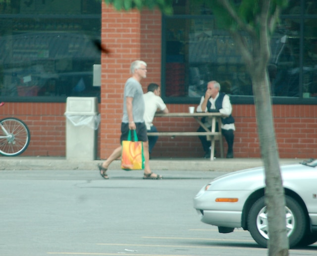 Ian Davidson pris en filature alors qu'il fait du magasinage.
