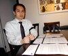 Phong Vuong, de Montréal, montre les trois lettres d'investisseurs et de courtiers qu'il a reçues.
