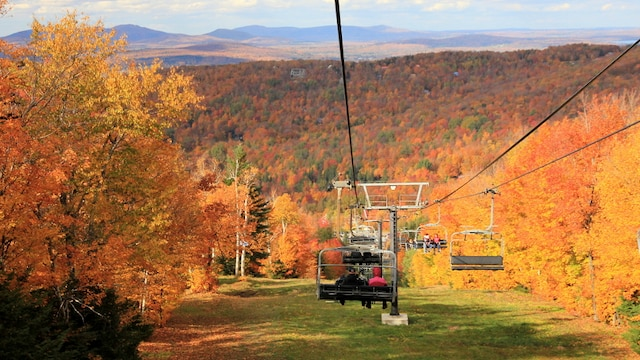 Randonnée à Sutton | Quoi de mieux, pour admirer les couleurs, que de plonger au cœur de la forêt, pour atteindre, au bout d'un effort soutenu de randonnée, des sommets aux multiples panoramas. Une destination de choix pour marcher sous les couleurs est le Parc d'environnement naturel de Sutton, qui propose 52 km de sentiers, de tous les niveaux, qui partent à la conquête de quatre sommets.  Sur place, vous pouvez aussi participer, au pied du mont Sutton, au Festival d'automne 2013, du 14 septembre au 14 octobre. Une foule d'activités sont au menu, comme des randonnées thématiques, de l'animation pour les tout-petits et des chansonniers en concert. Un télésiège sera aussi en service.  Info: montsutton.com