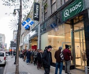La SQDC a vendu 5700kg de cannabis durant ses trois premiers mois d'activité pour des revenus de 40millions$. Mais les files d'attente de clients qu'on y observait la première journée d'ouverture, le 17 octobre 2018, ont vite disparu en raison d'une pénurie de produits.