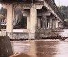 Un de ces piliers du pont de la rivière Grande Cascapédia sur la route 132 menace de s'effondrer sous la pression de l'eau.