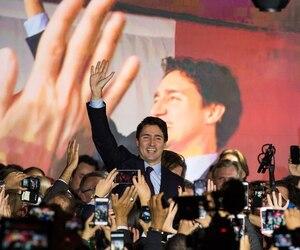 Le nouveau premier ministre Justin Trudeau est monté sur scène peu après minuit, accompagné de sa femme Sophie Grégoire, pour s'adresser à des militants libéraux survoltés.