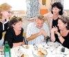 De gauche à droite, Martine, Luce, Gilbert, Constance et Lucie Rozon, dans une rare photo de famille, prise en juin 2003.