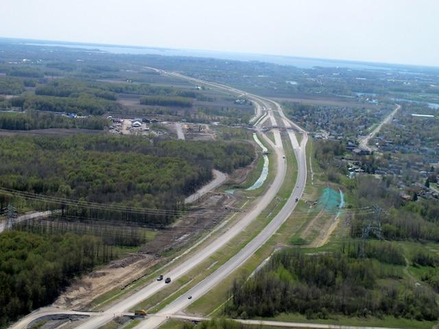 Le bras de l'autoroute 30 en forme d'Y vers Valleyfield, qui s'étend sur sept kilomètres, est presque complété. Les travaux des ponts d'étagement se poursuivent.