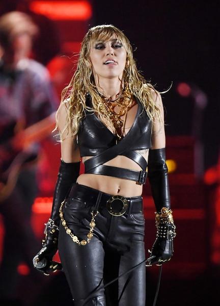 Image principale de l'article Miley Cyrus vue en train d'embrasser une vedette