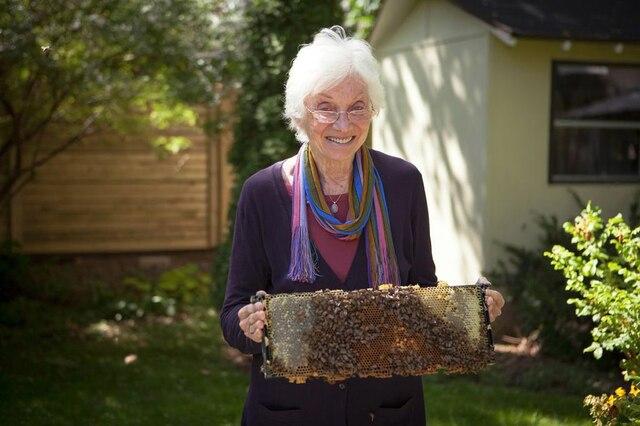 Mary Ellen Baker élève des abeilles dans son jardin à  Notre-Dame-de-Grâce.