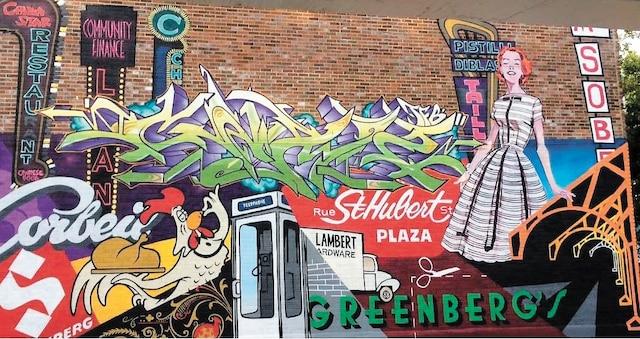 La Plaza - 2017</br> Benny Wilding</br> Diffusion AGC Montréal (Artgang)</br> Située 6542-44, rue Chateaubriand</br> Un «collage» hommage aux années d'or de la Plaza St-Hubert de 50 à 70, reproduisant fidèlement les logos et couleurs de l'époque.