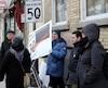 Des membres du Comité populaire Saint-Jean-Baptiste ont accroché, par-dessus un panneau municipal qui limite la vitesse à 50 km/h sur l'essentiel de la rue Saint-Jean, un second panneau indiquant que la limite est plutôt de 30 km/h.