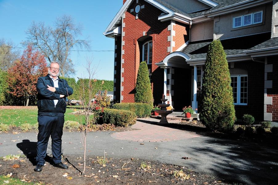 Les deux pommiers plantés devant la résidence de Robert Turcotte ne respectaient pas la réglementation municipale de Laval parce qu'ils n'avaient qu'un centimètre de diamètre au lieu des trois demandés.