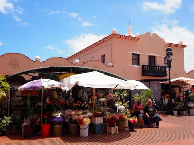 Le marché africain à Santa Cruz.  Entre charcuteries, fruits exotiques frais et fleurs de l'île, ici, il faut jouer les curieux.
