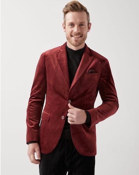 594e3a759f4 Il n y a pas plus festif que le velours pour un look des fêtes réussi. Ce  veston rouge à la silhouette étroite et col à revers en pointe vous donnera  fière ...