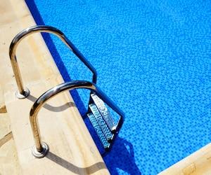 piscine échelle bloc