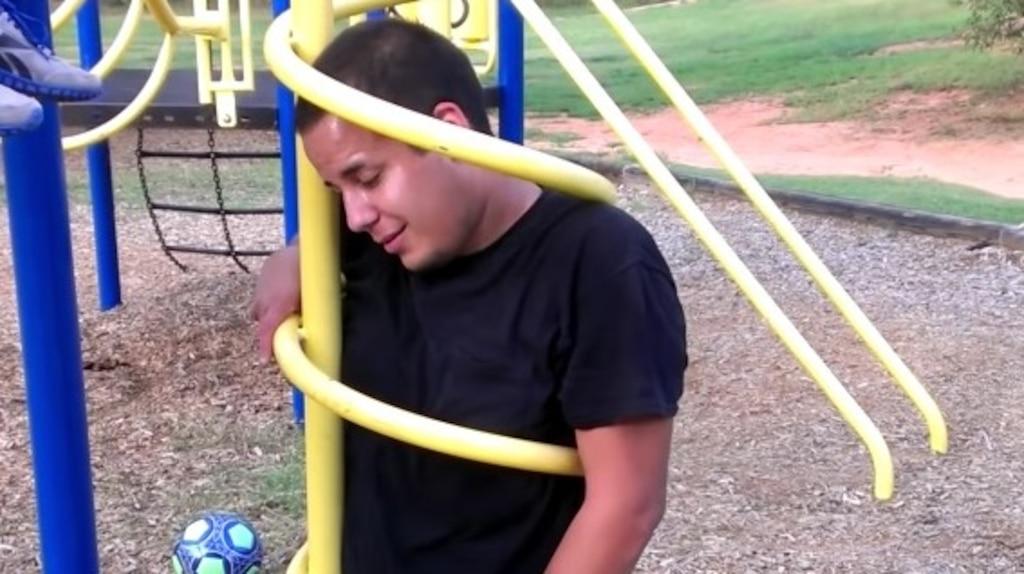 [PHOTOS et VIDÉOS] 12 fois où des adultes ont voulu s'amuser dans des modules pour enfants et que les choses ont mal tourné