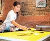 La jeune artiste à l'œuvre.