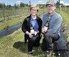 Christiane Grégoire et Jacques Blouin à leur vignoble de l'île d'Orléans, hier. Ils tiennent fièrement deux bouteilles de leurs vins.