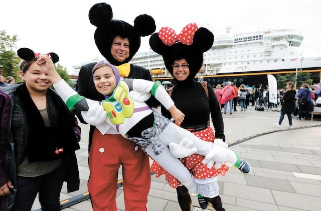 Bien des petits, mais aussi bien des grands, avaient revêtu leur costume favori pour fêter avec Mickey Mouse et ses amis, comme ici Danika Gagnon, François Gagnon, Mederek Gagnon et Sandra Fortin.