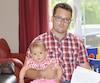 Le fonctionnaire fédéral Guillaume Larose tient dans ses bras sa fille Coralie, née en octobre. Depuis l'automne, le jeune père a dû passer une partie de son congé parental dans la paperasse pour tenter de recevoir sa paie, bloquée par un problème lié au système Phénix. La situation est frustrante et inquiétante, dénonce-t-il.