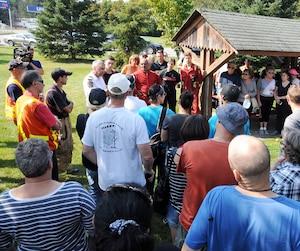 Des dizaines de personnes ont participé à des opérations à Lachute hier afin de retrouver Yvon Lacasse, âgé de 71 ans (en mortaise), disparu depuis jeudi.