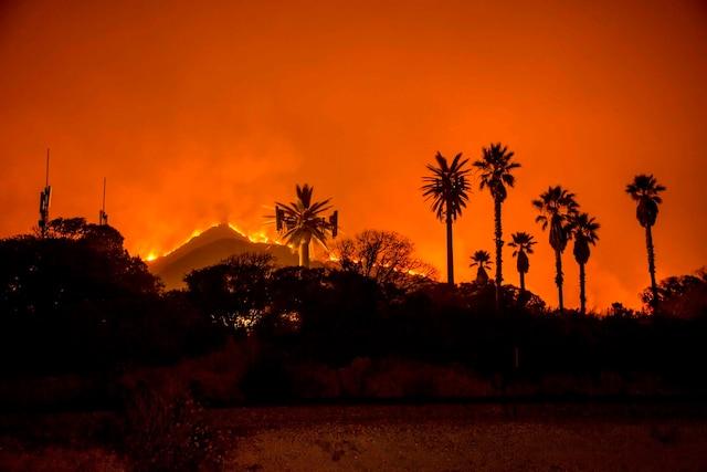 Le feu de forêt Thomas brûle le long d'une colline près de Santa Paula, en Californie. Plus d'un millier de pompiers peinaient à contenir le feu de broussailles fouetté par le vent dans le sud de la Californie, qui a fait au moins un mort, forcé des milliers d'évacuations et recouvert la région d'une épaisse fumée.