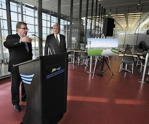 Régis Labeaume, mardi, enconférence de presse au terminal principal de l'aéroport Jean-Lesage.