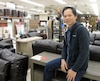 Franklin Orlanda, originaire des Philippines, doit parfois demander à ses patrons de l'aider lorsqu'il doit servir un client en français chez Meuble Cité.
