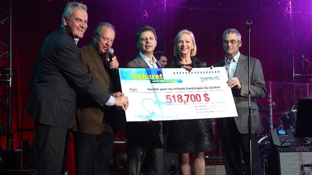 Jean Duchesneau, Jean Fabi, Alain Picard, Christianne Germain et Pierre Boivin remettent un chèque de 518 700 $ à la fondation.
