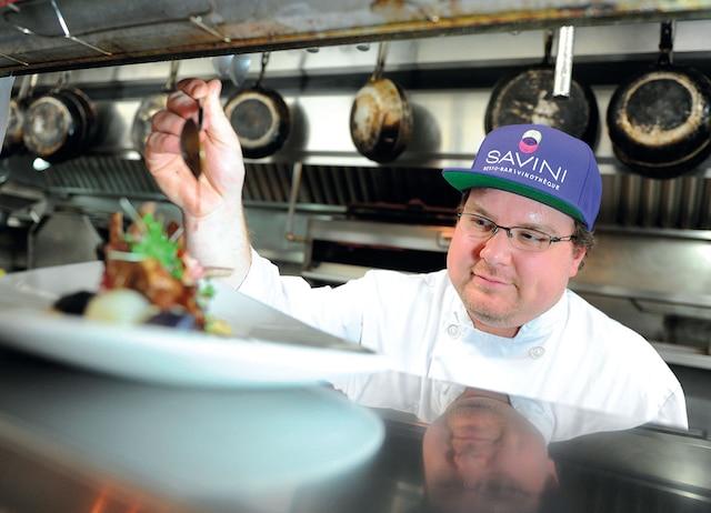 Britannique, Trevor Kitchen travaille comme cuisinier au restaurant Savini de la Grande-Allée.