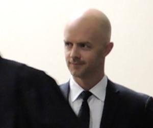 Le policier Simon Beaulieu (à droite) et son avocat Maxime Roy, lors de la comparution au palais de justice de Québec, jeudi matin.