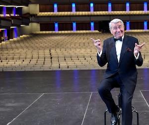 Michel Louvain ne s'est pas fait prier pour enfiler son smoking en vue d'une séance de photos réalisée, il y a deux semaines, sur la scène du Grand Théâtre de Québec. « Il va y avoir 50 musiciens ici. C'est quelque chose en moseusse... »