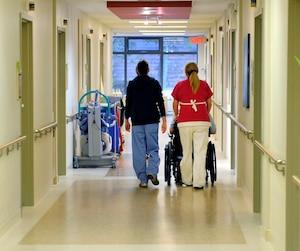 Le ministre de la Santé s'inquiète peu du fait que les préposés aux bénéficiaires n'aient plus automatiquement besoin d'un diplôme dans ce domaine pour obtenir un emploi, notamment à l'Institut universitaire de cardiologie et de pneumologie de Québec (IUCPQ).
