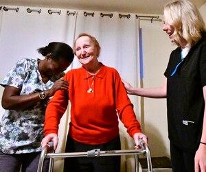 Félicité accompagnée de Marie-Christine Noël qui aide Nicole Dion à aller dans son lit.