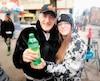 Pierre Miron, un sans-abri, a accepté avec plaisir la boisson gazeuse que lui a remise Virginie Forest, qui a fait la distribution de plusieurs denrées aux gens de la rue.