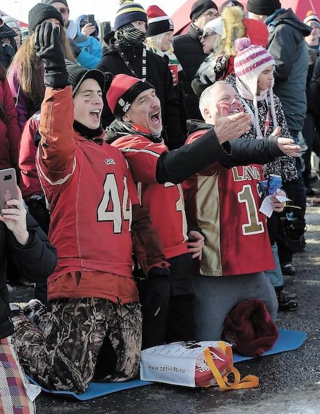 Ces partisans n'ont pas hésité à s'agenouiller pour réciter une prièreà la gloire du Rouge et Or et de son entraîneur, quelques instants avant le match.