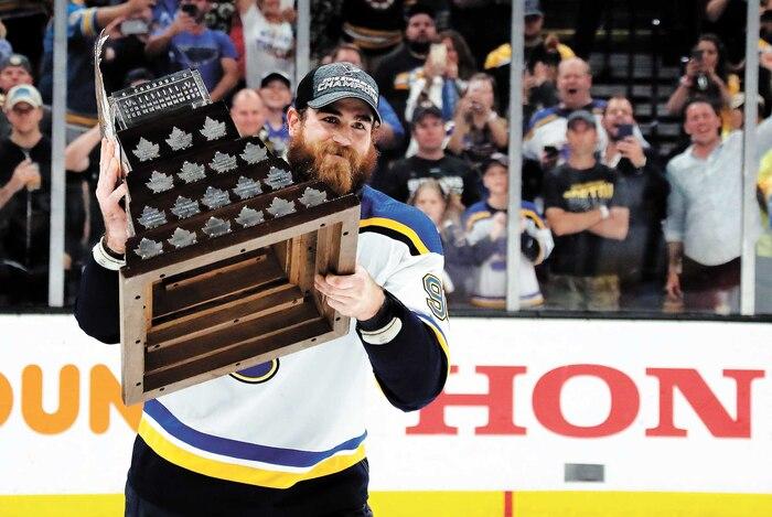 Ryan O'Reilly brandit le trophée Conn-Smythe remporté à l'issue du match numéro7 entre les Blues et les Bruins, mercredi soir.
