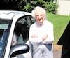 Claire Sigouin pose à côté de sa Honda Civic2002 qui affiche 30 000 km.
