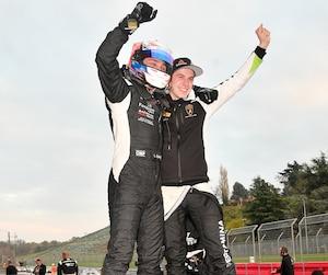 Le pilote québécois Mikael Grenier (à droite) et son coéquipier Loris Spinelli ont été couronnés champions d'Europe de la Série Lamborghini Super Trofeo.